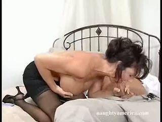 Темно haired momma deauxma fits a thick пеніс в її рот до вона chokes