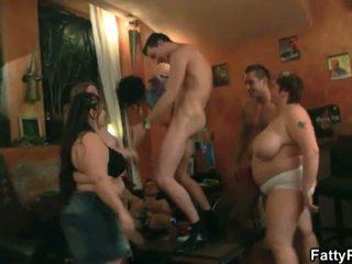 Tłuszczowy pub: gorące grupa akcja z szczupłe dudes i duży kobiety