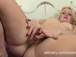 Karvainen amatööri brittiläinen blondi claire enjoys stripteasing.