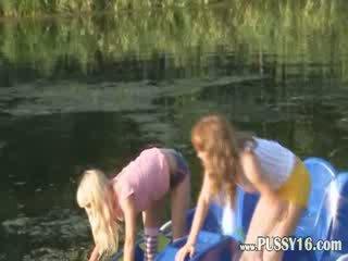 Eva i loly nagi przez the river