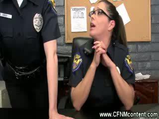 Ο αστυνομία frisk τους για σκληρό dongs να πιπιλίζουν επί στο ο σταθμός