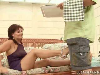 Kuuma mummo enjoying ilkeä seksi
