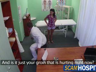 Kauniita adela gets hänen vaaleanpunainen pillua licked ja sitten pounded mukaan hänen lääkäri