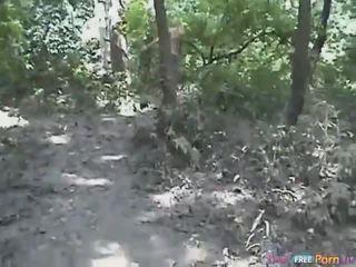 Tania has egy hátulró quickie -ban a erdő