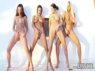 Četri lesbiete dolls aptaustīšana kopā