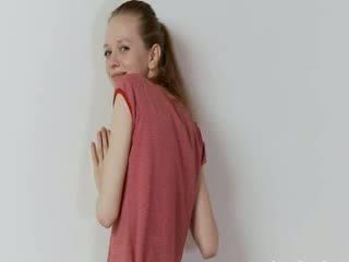 Opité ruské super chudé dievča pózovanie
