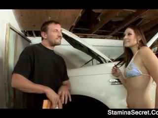 Elizabeth 가장 사랑하는 keeping 그녀의 자동차 premium 아래로