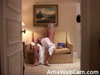 Tersembunyi kamera catches yang seksi gadis pada yang cinta kerusi