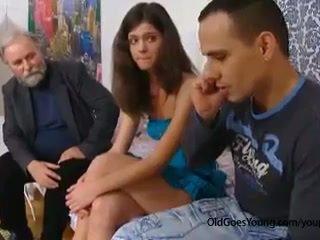 ดื้อ เก่า คน seduces a อาย เช็ค วัยรุ่น หญิง เมื่อ เธอ boyfriend goes ไป