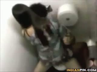 Spying на училище students чукане на а тоалетна