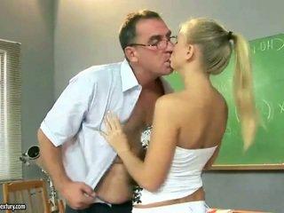 Sexy tenåring jente knulling rundt eldre pedagogue