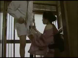 Kuliste kızıl saçlı içinde kimono becerdin video