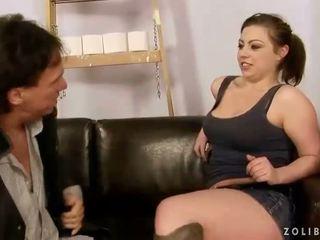 Vanem guy keppimine ja kusemine edasi seksikas tüdruk