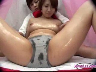 Á châu cô gái trong panty massaged với dầu tits rubbed âm hộ fing