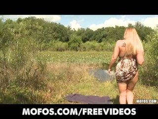 Natürlich big-booty blond rubs sie muschi im öffentlich