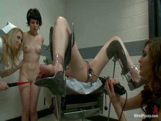 Two สกปรก pussys มี strapped ไปยัง a gyno เก้าอี้ และ bumped โดย ของพวกเขา lesbie doctors