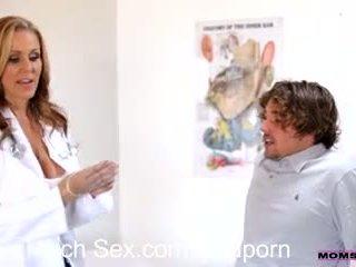 Jovem grávida fulfills sua mais velho mulher fantasy em quente sexo a três