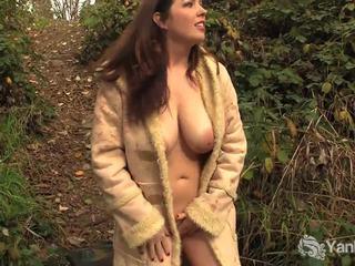 Minunat amator amber masturbates outdoors