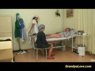 Grand-père nana baise la infirmière
