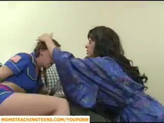 Mamá seducing chico y adolescente chica scout