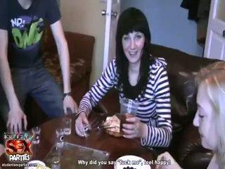 Seksuālā meitenes zīst prick un bump pie the ballīte