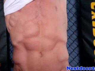 Atletisk homo hunk wanking hans kuk