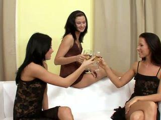 Suzi et jane et lulu superb lesbiennes buvette et déshabillement sur la canapé