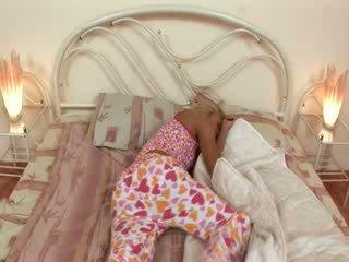 Blondie jerkingoff spento prima un sonno