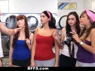 Bffs - koledža meitenes jāšanās creepy guy sniffing apakšbiksītes