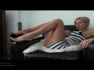 Ruck ihre schwanz und bust auf ihre gesicht joi. blond kurz haired beauty posieren mit sie sexxy beine und perfekt arsch.