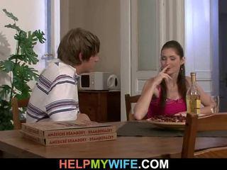 Régi férfi pays egy pizza személy hogy bump övé teenaged feleség