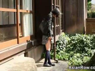 Ázsiai diáklány shows neki fehér bugyi
