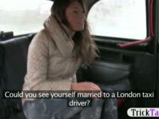 Baben från latvia ser för en makens körd av cab driver