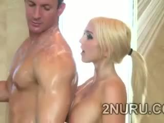 Groot stacked blondie seduces hunky perv in de douche