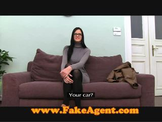 Trullosëse brune adoleshent fucks the fake agent