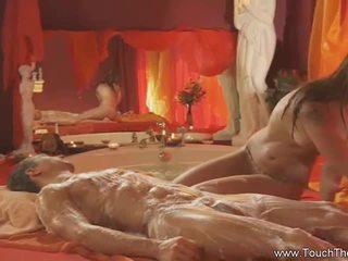 Cô gái tóc vàng loves đến làm massage