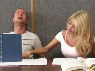 Banging en kåta blondin inuti klassrummet