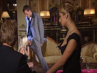 Vakker blond i naken og hæler knullet på sofa - dorcel