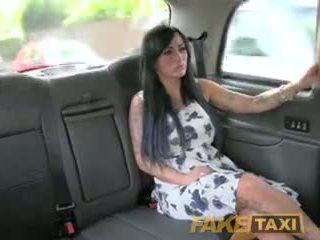 Fake taxi sexy masseuse gets knullet på bil bonnet