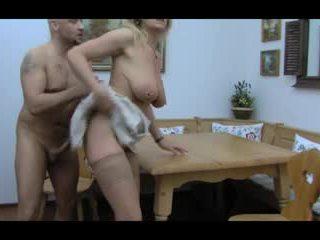 Blondýnka huge-boobs-granny anální taken