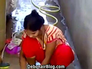 Seksi desi arap washing clothes gösteren dağınık yüz ca