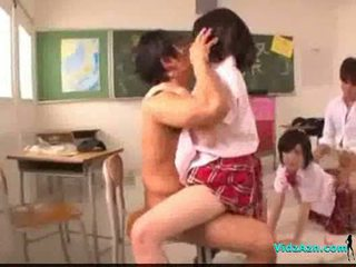 2 schoolgirls knullet getting facials av 2 guys i den classr