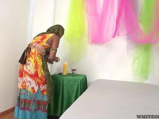 Krásný indický manželka sání muscle penis