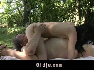 Resnas vecs vīrietis fucks pusaudze uz the woods