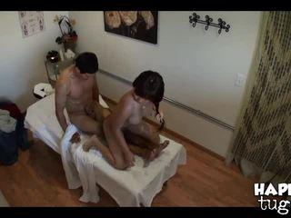 briunetė, aliejus, masažas kambarys