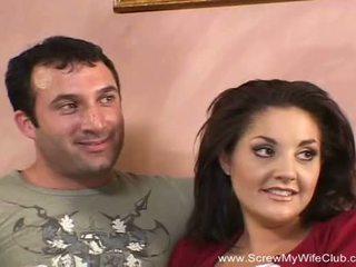 Брюнетка суингър милф fucks нов мъж