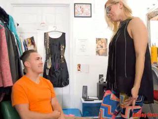 Māmiņa works pie a noģērbšana klubs (modern tabu ģimene)