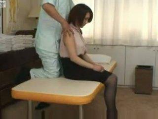 Japanilainen koulutyttö gets perseestä mukaan hänen massager