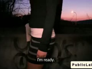 Fake agent fucks 아마추어 소녀 outdoors 에 밤