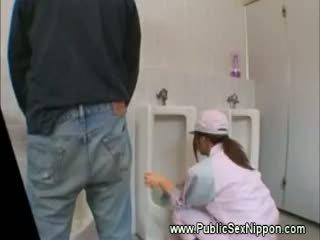 Publiczne robienie loda w the mens toaleta